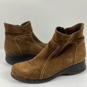 La Canadienne Suede medium brown rubber soul ankle boots size 10